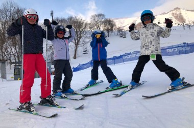 Kids skien Niseko